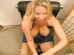 Зрелая блондинка в домашнем видео от первого лица дрочит член до окончания на большие сиськи
