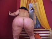 Толстая брюнетка с огромной попой в горячем видео исполнила домашний стриптиз