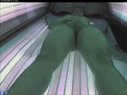 Скрытая камера в солярии снимает на видео любительскую мастурбацию леди