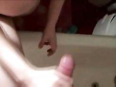 Брюнетка с маленькими сиськами в горячем видео радует парня домашней мастурбацией