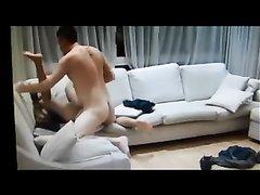Развратник снял скрытой камерой домашний секс на диване с фигуристой женщиной