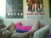 Молодая толстая блондинка в домашнем видео на вебкамеру дрочит клитор