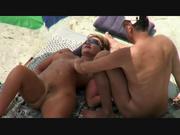 Озабоченная пара в любительском видео с подглядыванием шалит на пляже