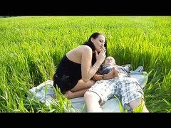 Грудастая немецкая брюнетка в любительском видео трахается в поле и сосёт член