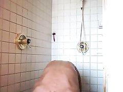 Стройная зрелая дама в любительском видео принимает душ и вытирается полотенцем
