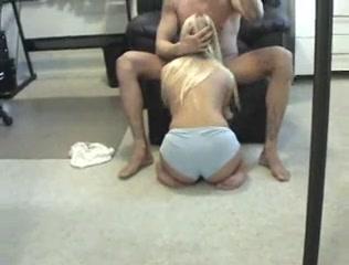 Ухоженная блондинка на коленях строчит любительский минет в видео от первого лица