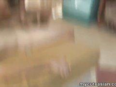 В азиатском видео молодая домохозяйка дрочит член для окончания на сиськи