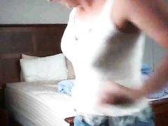 Зрелая дама с загаром в любительском видео села на молодой член перед скрытой камерой