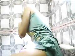 Брюнетка в любительском видео делает эпиляцию киски симпатичной блондинке