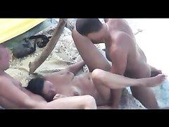 Брюнетка на пляже нашла любовников для группового секса под открытым небом