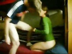 Перед скрытой камерой молодая развратница наслаждается любительским сексом
