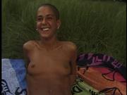 Лысая смуглянка в любительском видео трахается с поклонником на пикнике