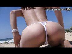 Фигуристая туристка с маленькими сиськами в любительском видео на нудистском пляже