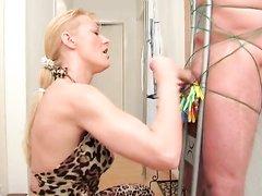 Спустившись вниз зрелая блондинка бесплатно сделала домашнюю мастурбацию члена