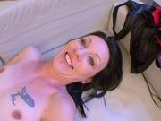 Татуированная француженка с бритой киской в домашнем видео с окончанием на грудь