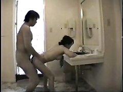 Супружескую измену зрелой японки в любительском видео снимает скрытая камера