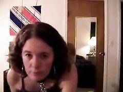 В домашнем видео от первого лица поклонница БДСМ жёстко сосёт член партнёра