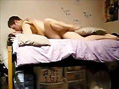 Страстный домашний секс похотливой пары происходит перед скрытой камерой