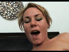 Зрелая развратница с молодой любовницей в лесбийском видео шалит в постели