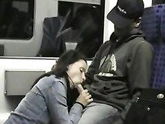 Француженка в общественном транспорте бесплатно делает любительский минет