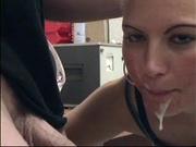 Молодая домохозяйка на кухне бесплатно сосёт член до окончания на язычок