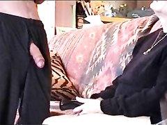 Зрелая блондинка в домашнем видео жадно отсасывает член до окончания в рот
