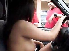 Авто леди с обнажёнными сиськами в любительском видео дразнит пешеходов