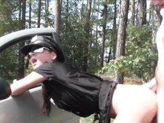 Водитель в немецком видео с любовью трахает незнакомку в лесу возле машины