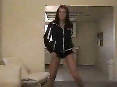 Любительский онлайн стриптиз от молодой танцовщицы перед вебкамерой