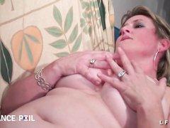 Зрелая француженка в чулочках обожает фистинг и домашний анальный секс