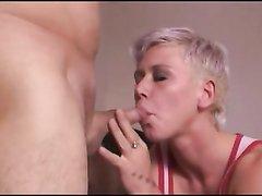 Зрелая блондинка в немецком домашнем видео ласкается в 69 позе и ест сперму