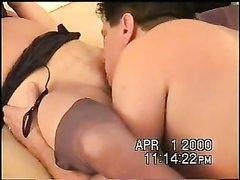 Хахаль лижет клитор зрелой даме в чулках перед домашним сексом с окончанием внутрь