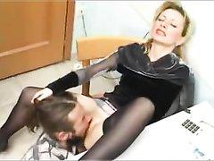 Зрелая госпожа в чулках в русском видео заставила любовника лизать клитор и попу