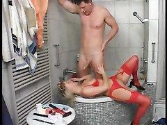 В ванной молодого парня ждал домашний секс со зрелой блондинкой в чулках