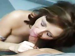 Роскошная зрелая леди бесплатно строчит любительский минет от первого лица