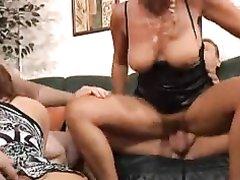 Групповой домашний секс со зрелыми блондинкой и рыжеволосой развратницей