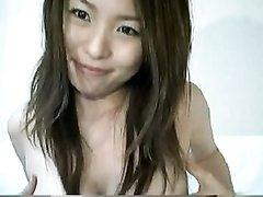На вебкамеру азиатка с заросшей киской онлайн занялась любительской мастурбацией