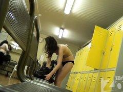 Любительское подглядывание по скрытой камере в режиме онлайн за красоткой