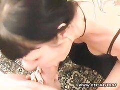Шлюха с маленькими сиськами в домашнем видео от первого лица сосёт член для буккакэ