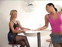 Блондинка с брюнеткой для любительского лесбийского секса надели чулки