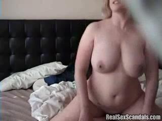 Грудастая толстуха перед скрытой камерой разделась для домашнего секса
