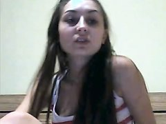 В домашнем видео брюнетка с маленькими сиськами перед вебкамерой обнажилась
