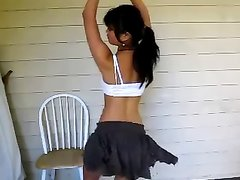 Стройная азиатская танцовщица в любительском видео вертит упругой попкой