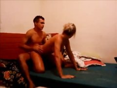 Загорелая блондинка в домашнем видео изменила мужу перед скрытой камерой