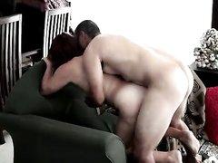 Зрелая рыжая развратница предпочитает домашний секс с окончанием внутрь