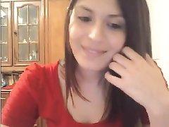 Красивая домохозяйка онлайн обнажила сиськи на вебкамеру для поклонника