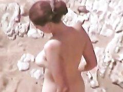 Подглядыванием в любительском видео за сексом на пляже с участием рыжей дамы и блондинки