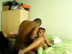 Фигуристая негритянка в любительском видео обслуживает чёрный член поклонника