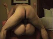 Толстуха лёжа на спине в любительском видео стонет от глубокого проникновения