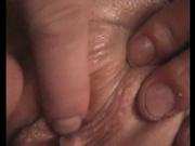 Домашняя мастурбация бритой киски со сквиртингом в видео крупным планом